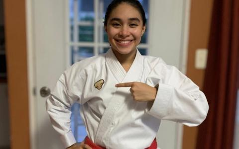 ML | Niña con su uniforme de karate.